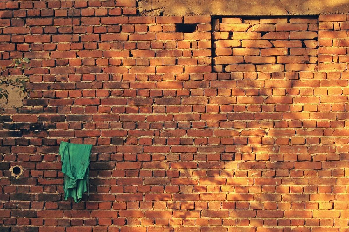 na zidu od cigala zaboravljena zelena majica