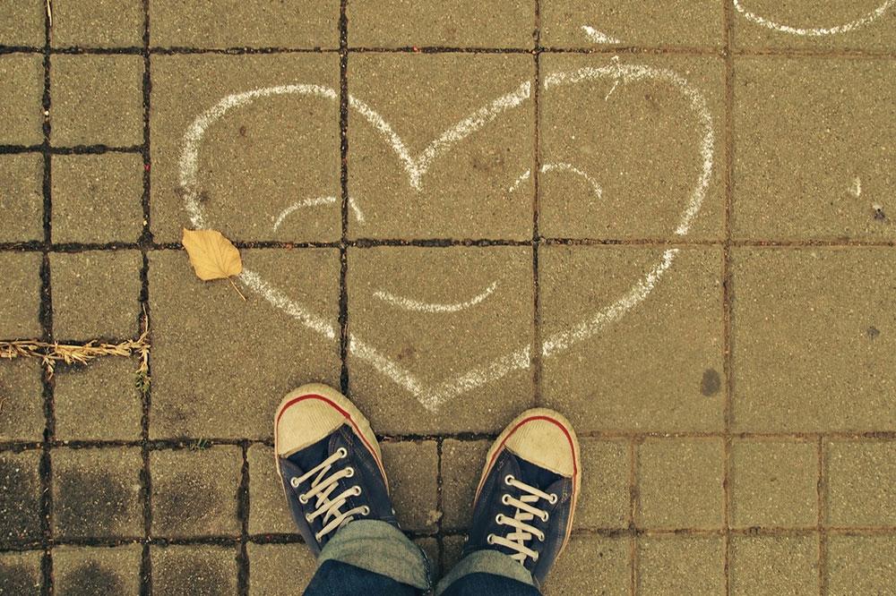 srce nacrtano kredom na pločniku