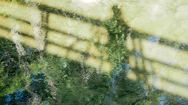 senka čoveka u vodi