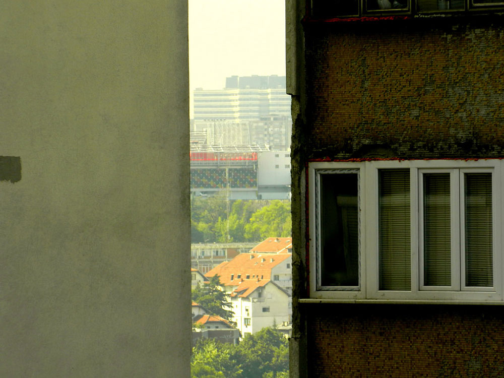 dve zgrade tik jedna uz drugu