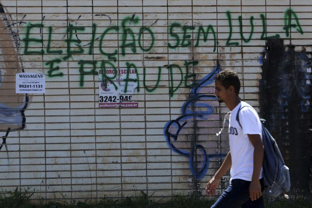 Natpis: Izbori bez Lule (koji je u zatvoru) su prevara