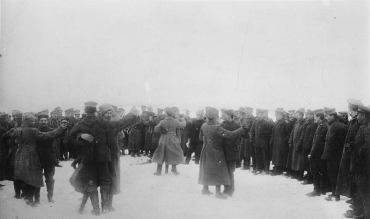 Ruski i nemački vojnici plešu na istočnom frontu 1917. ili 1918.
