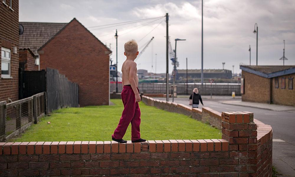 Dečak hoda po zidiću, Hartlepool, Engleska