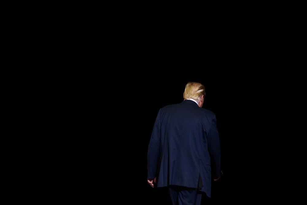 Tramp viđen s leđa kako odlazi