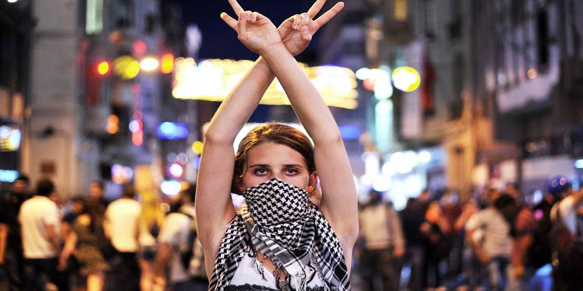 devojka protestuje