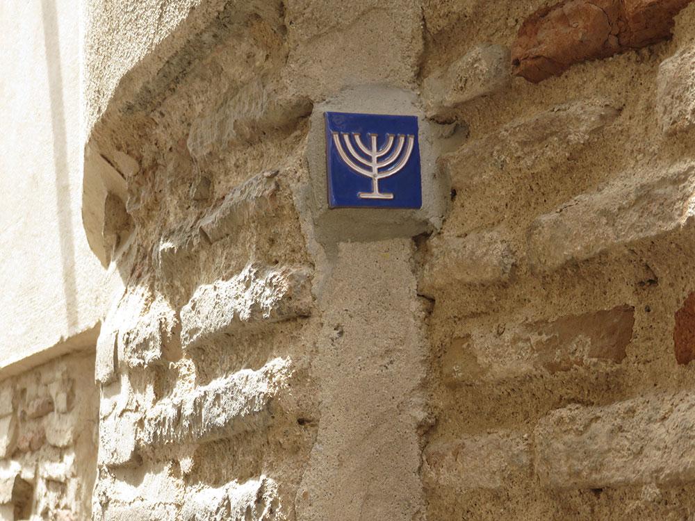 Toledo, pločice sa sedmokrakim svećnjacima u Jevrejskoj četvrti u znak sećanja na progone Sefarda
