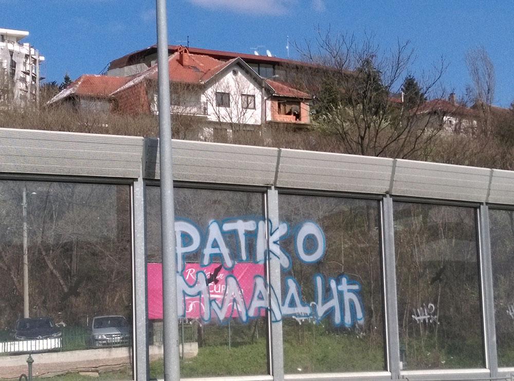Grafit Ratko Mladić na autobuskom stajalištu, Beograd
