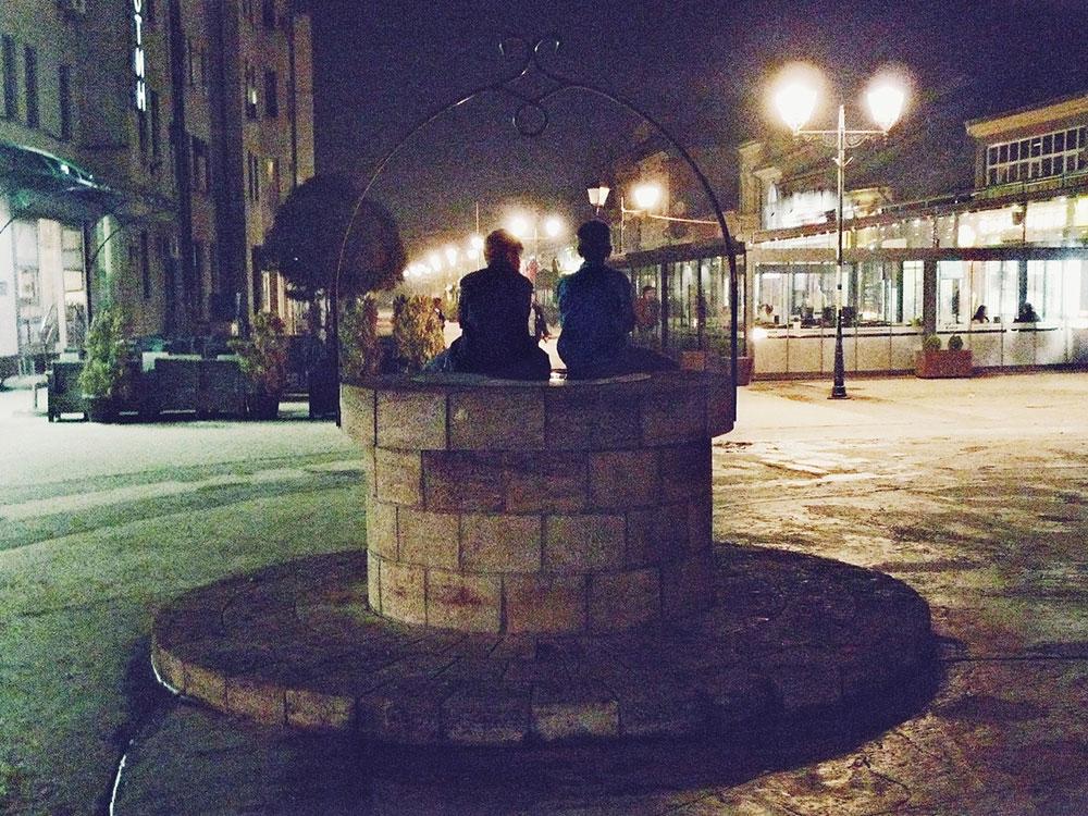 deca sede na gradskom bunaru