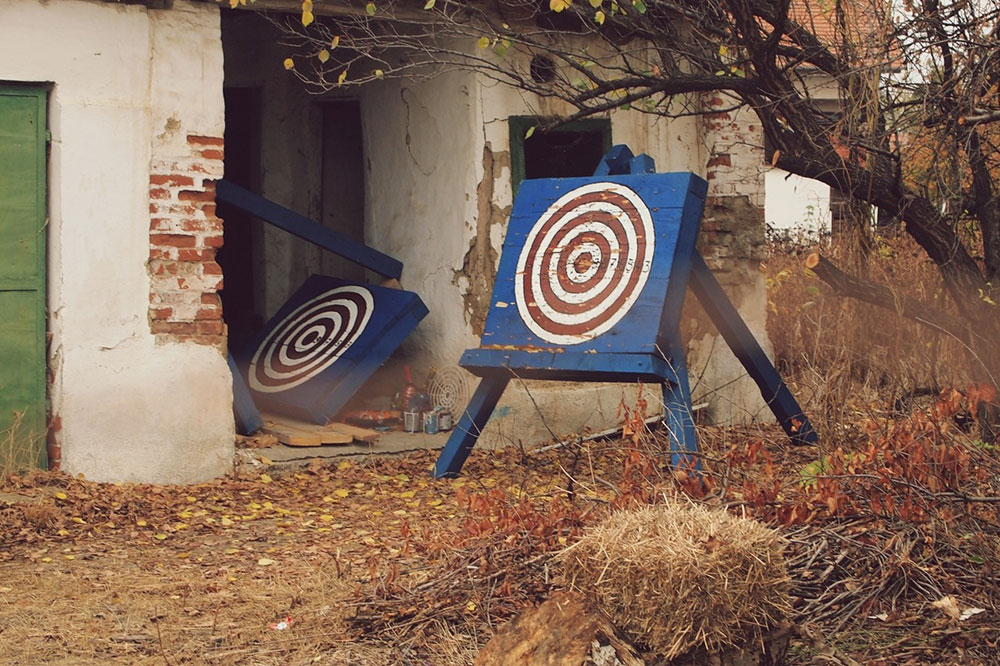 mete za gađanje u napuštenom dvorištu