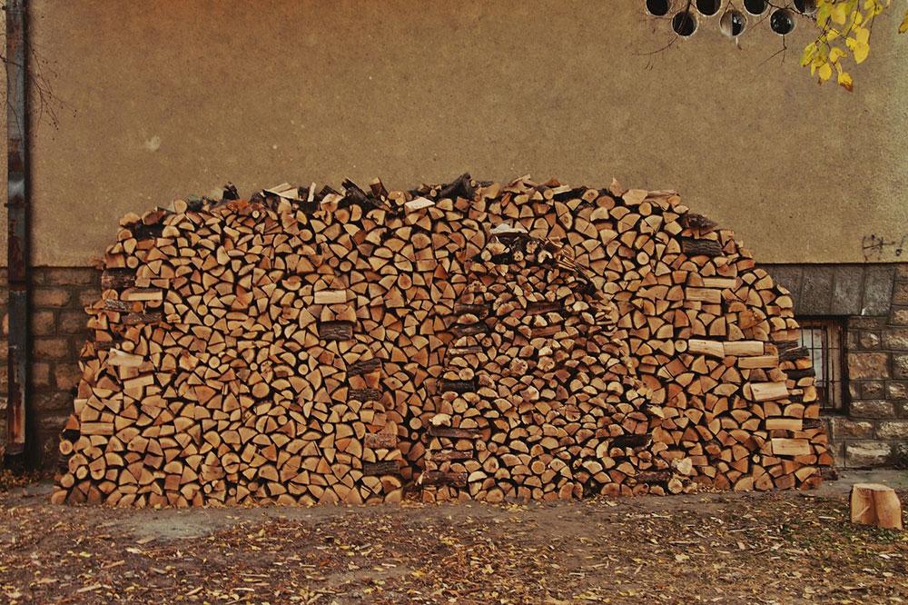 naslagana drva za ogrev ispred kuće