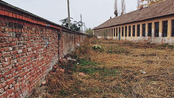 dvorište napuštene zgrade
