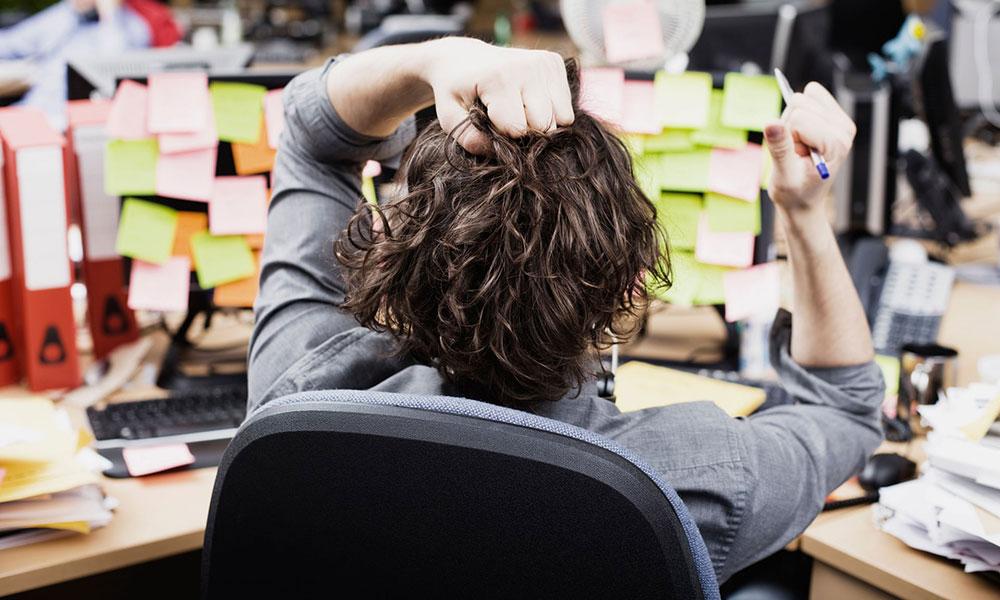 Čovek sedi u kancelariji