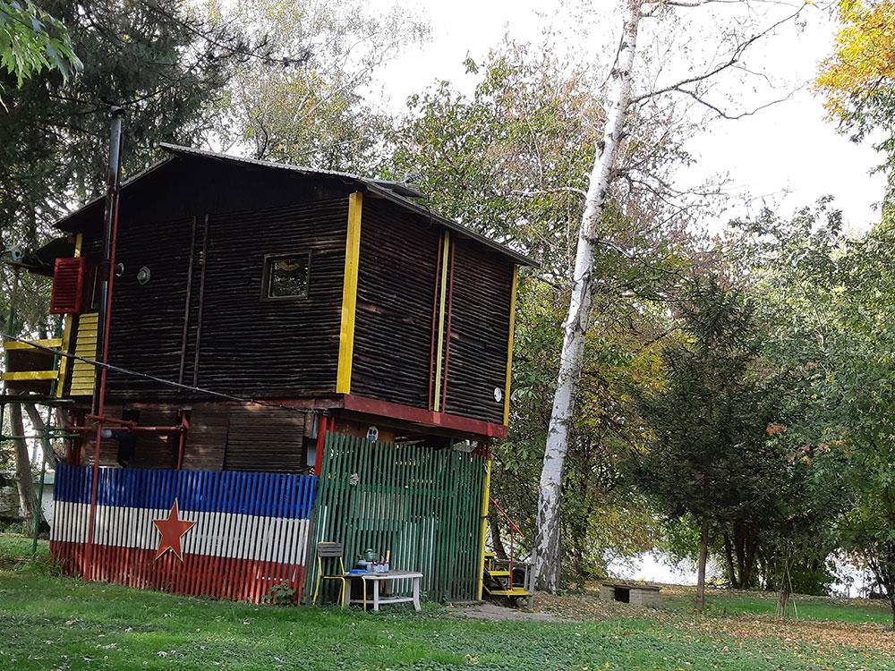 Kuća sa ogradom na kojoj je nacrtana zastava SFRJ, Ada Međica na Savi u Beogradu