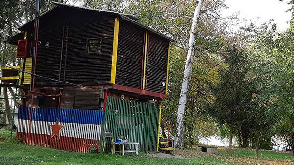 Zastava SFRJ na ogradi