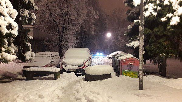 automobili prekriveni snegom