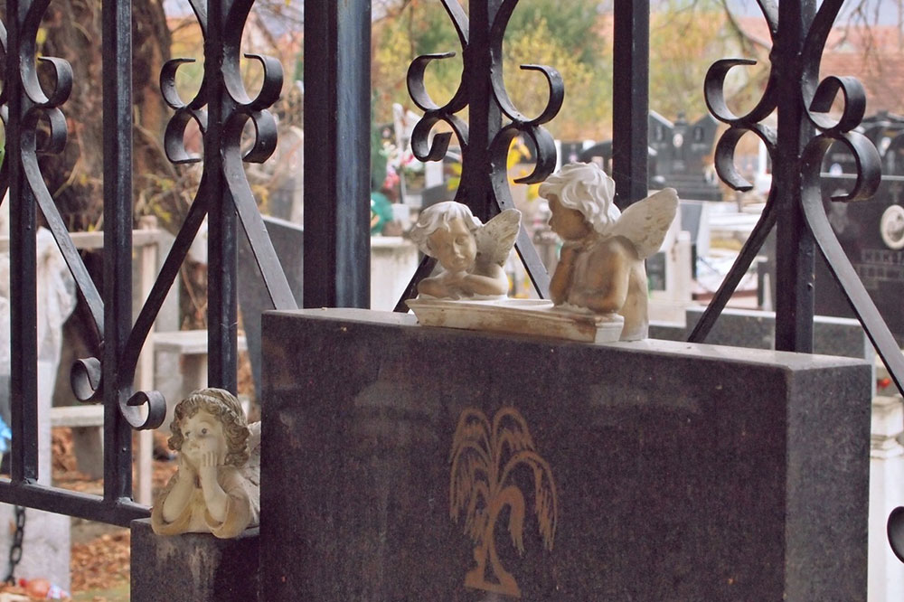 figure anđelčića na spomeniku na groblju