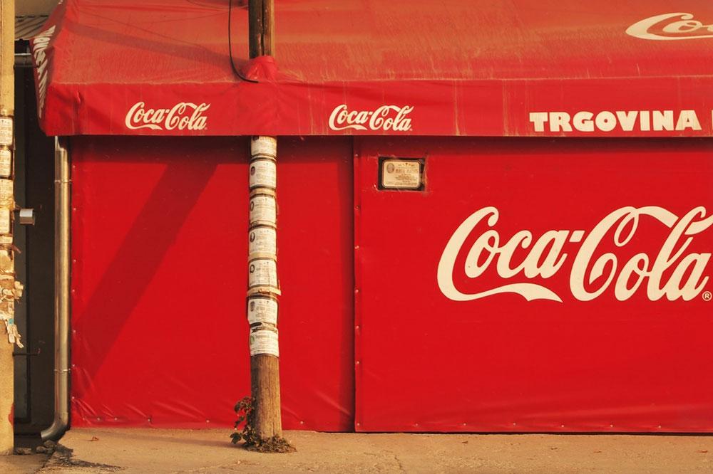 Reklama za Koka-kolu na prodavnici
