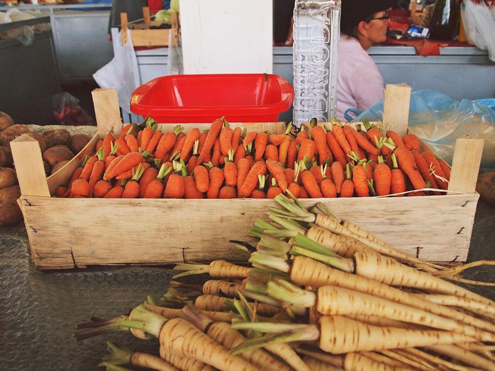 Šargarepa u gajbici na pijaci