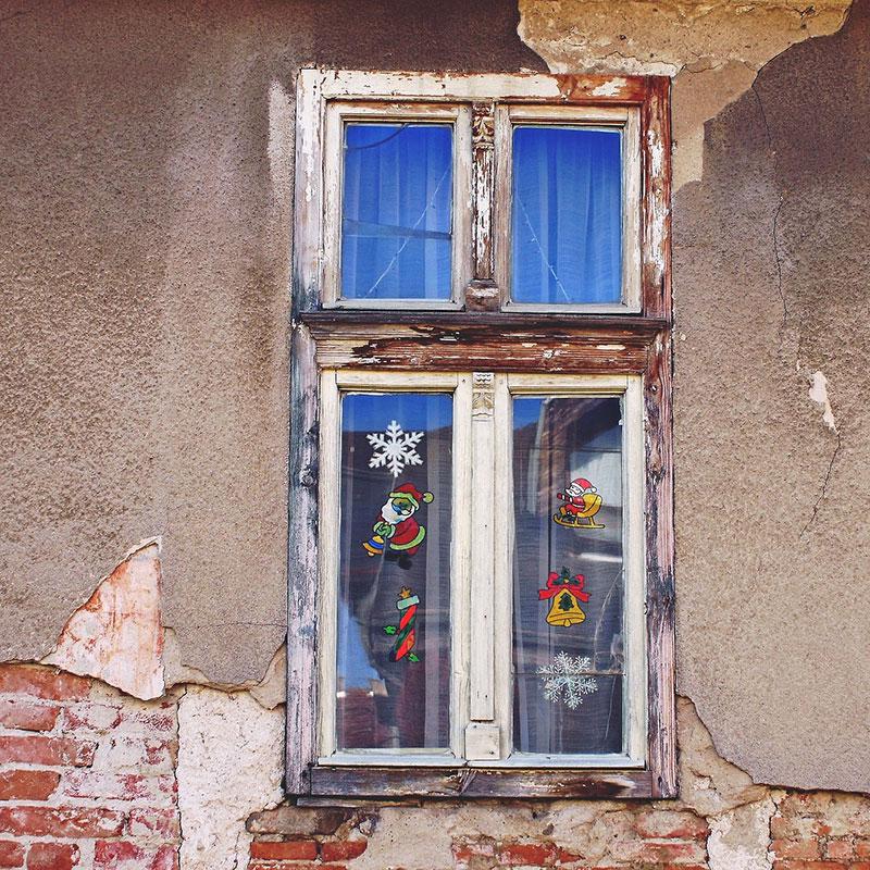 Prozor ukrašen novogodišnjim nalepnicama