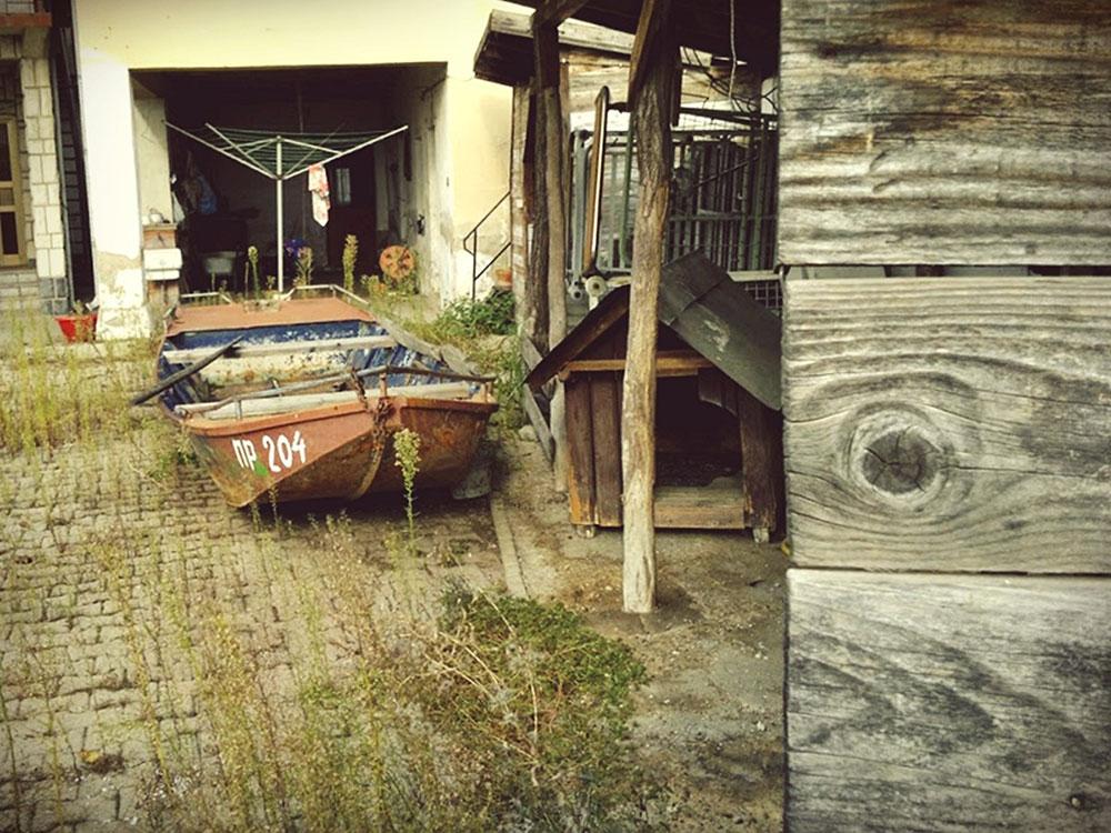 stara barka u dvorištu