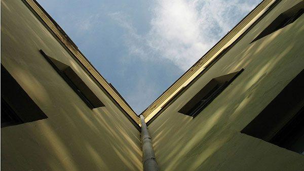 nebo između dve zgrade