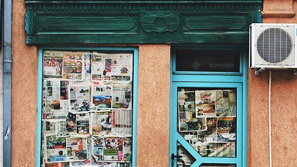 vrata oblepljena novinama