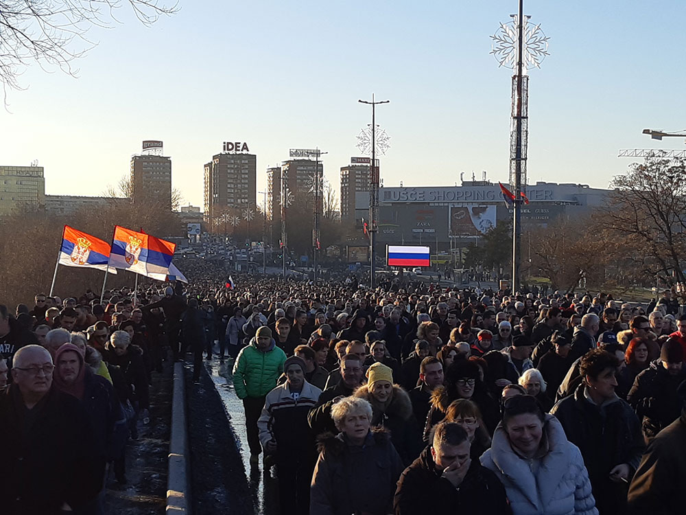 Kolona učesnika mitinga podrške Putinu prelazi Brankov most