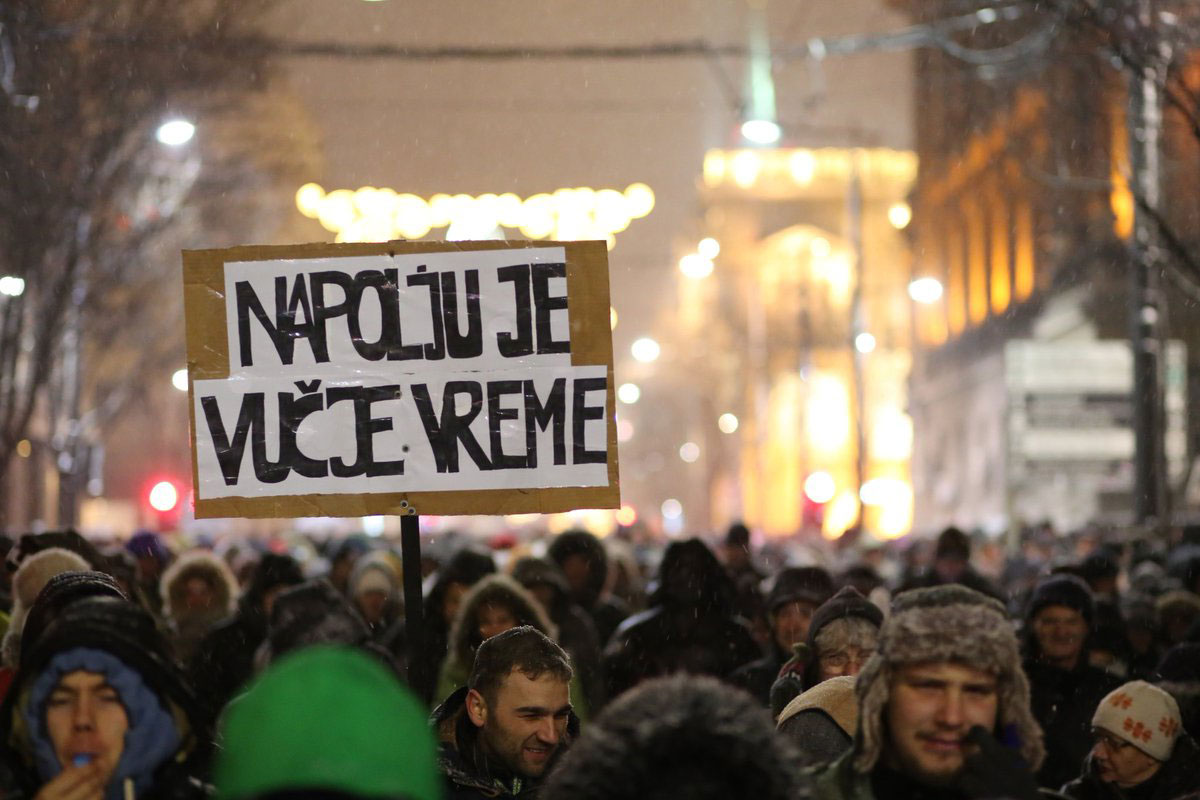 Napolju je vučje vreme transparent na protestu #1od5miliona