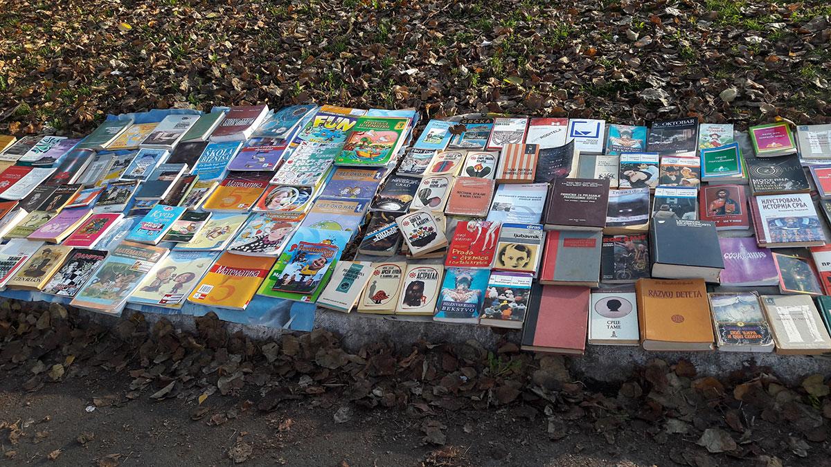 polovne knjige izložene pored puta na prodaju