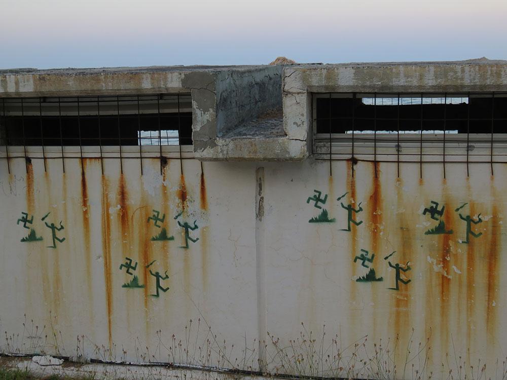 stensili čovečuljak juri simbol svastiku, Metana u Grčkoj