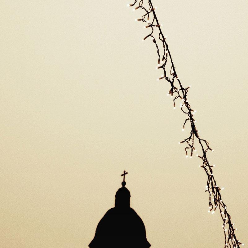 senka kupole crkve i novogodišnjih lampica