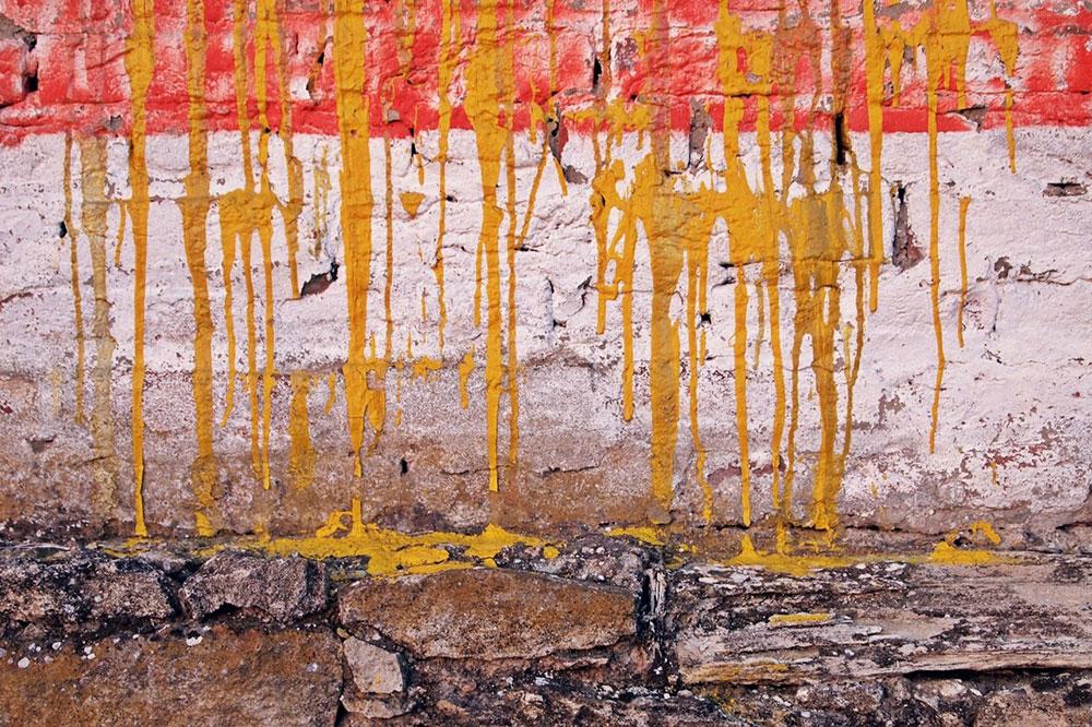 žuta boja se sliva niz zid