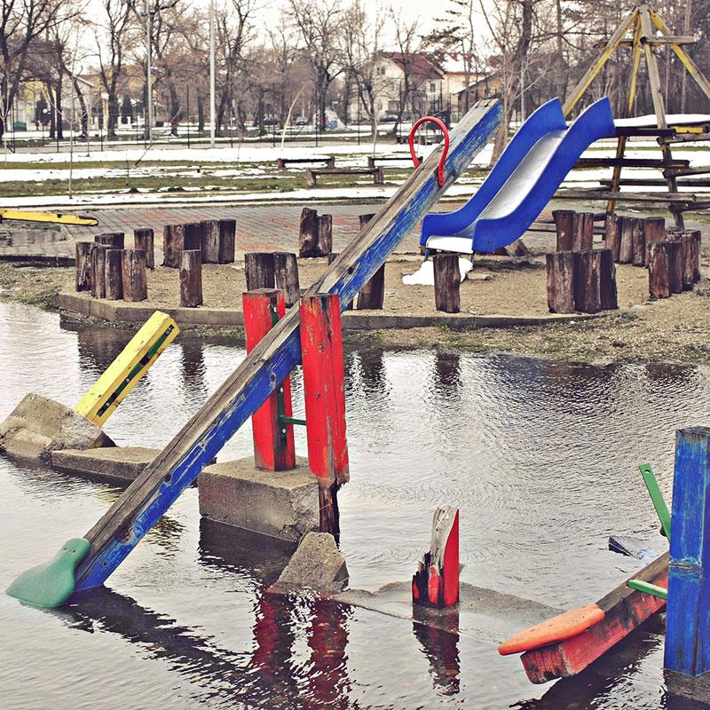 potopljeno dečje igralište
