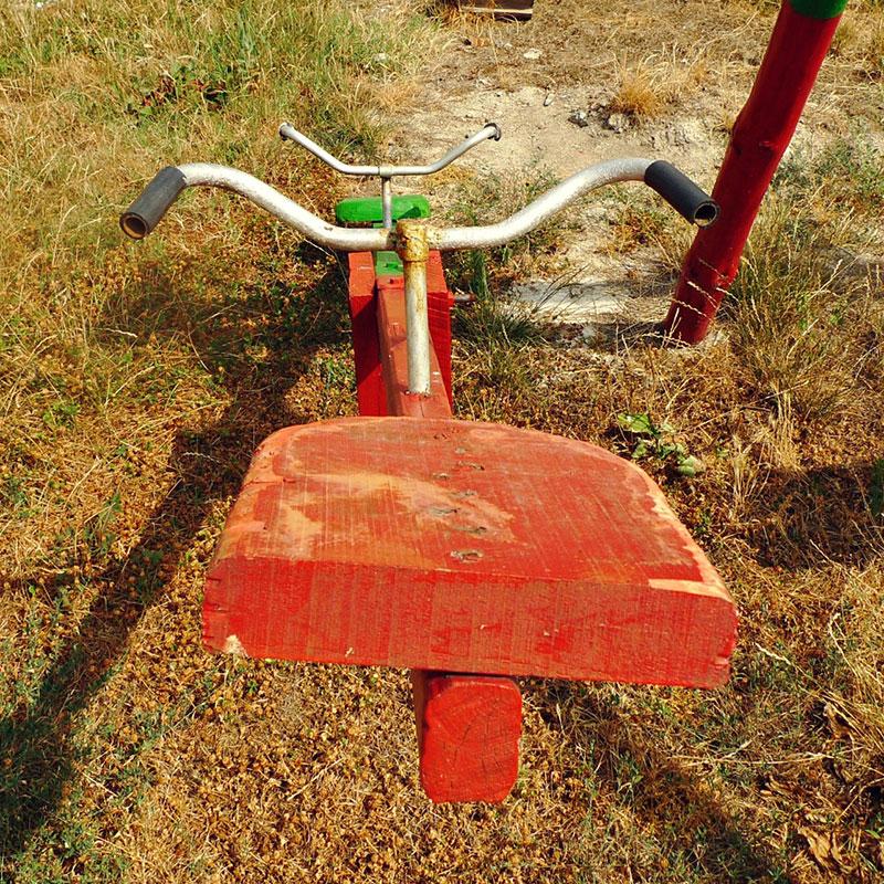 dečja klackalica u parku