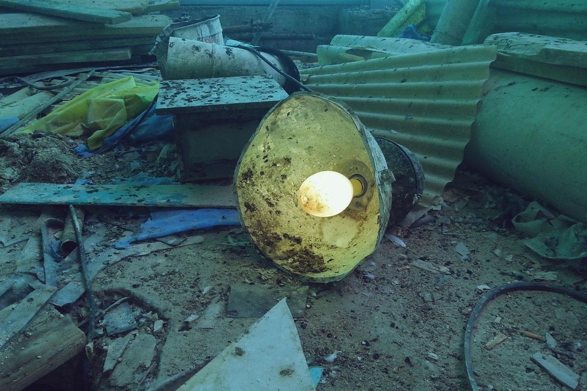 uključena lampa u ruševinama