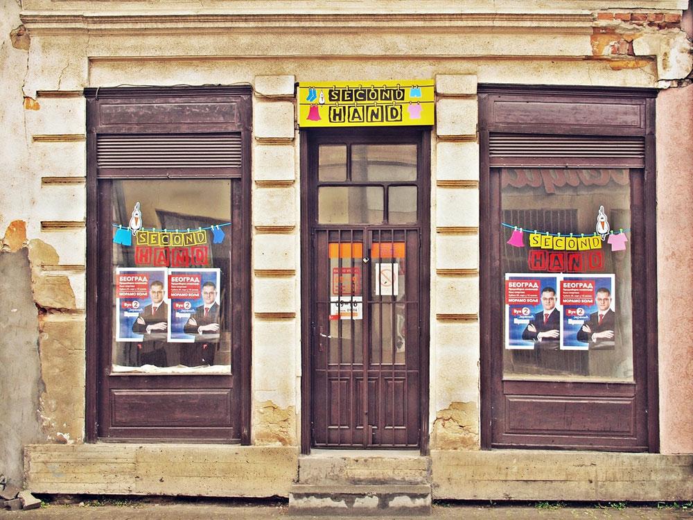 izlog second-hand shop-a sa plakatom Jeremića