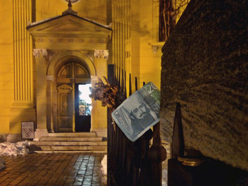 20 dinara metnuto na ogradu ispred crkve