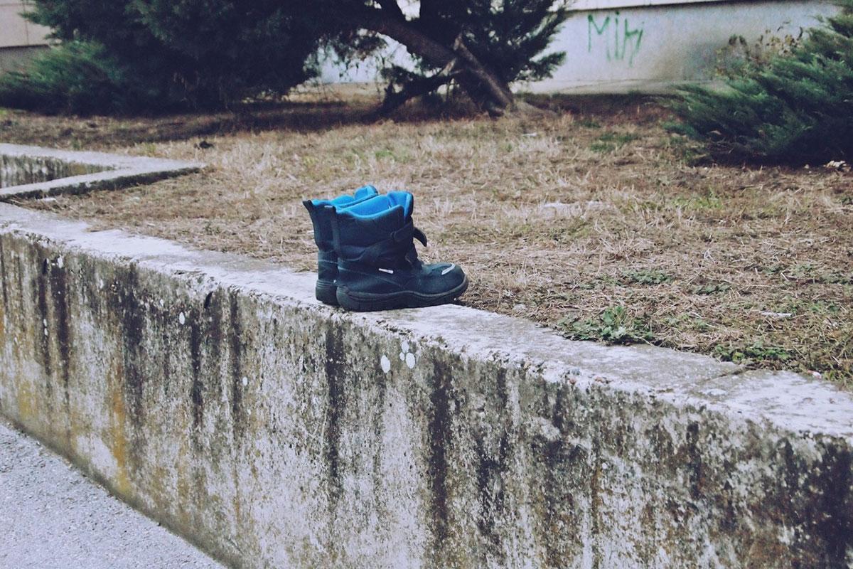 dečije čizmice ostavljene na zidu