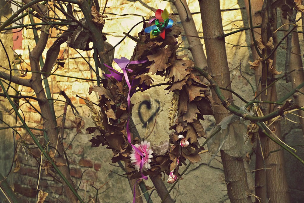 božićni venac na drvetu