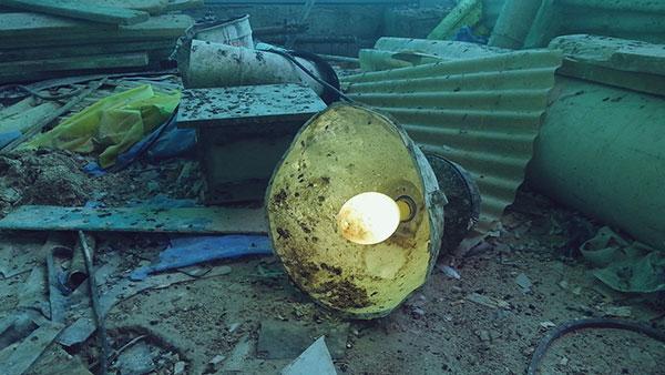 stolna lampa u ruševinama