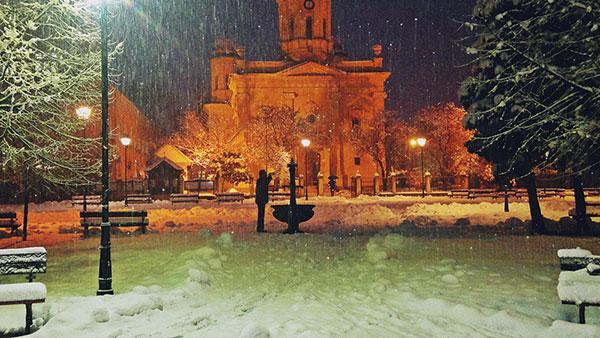 dvorište crkve pod snegom