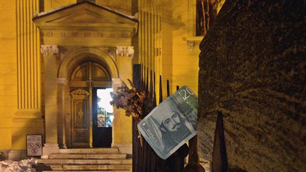 20 dinara na ogradi crkve