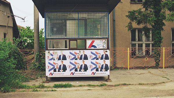 trafika oblepljena plakatima sa likom Vučića