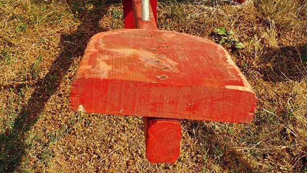 crvena dečija klackalica