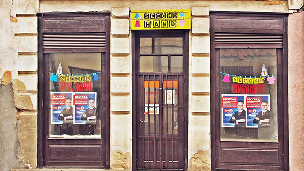 izlog second shop-a sa plakatom Jeremića
