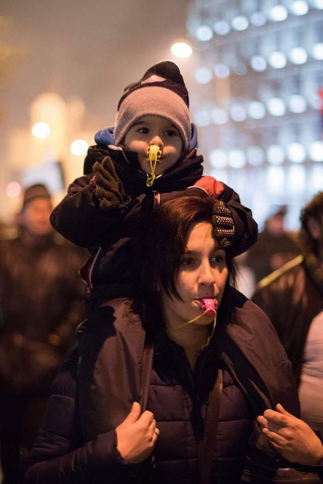 žena sa detetom na protestu #1od5miliona