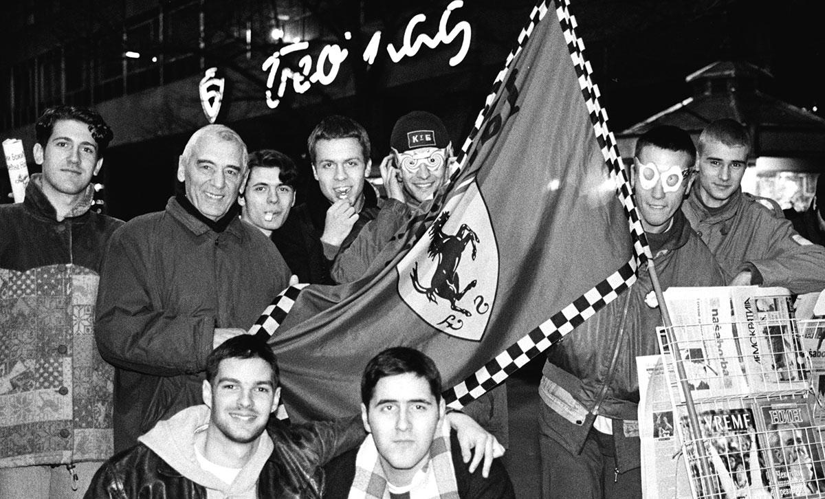 Zastava Ferarija na protestima u Beogradu decembra 1996, kolporteri sa prijateljima