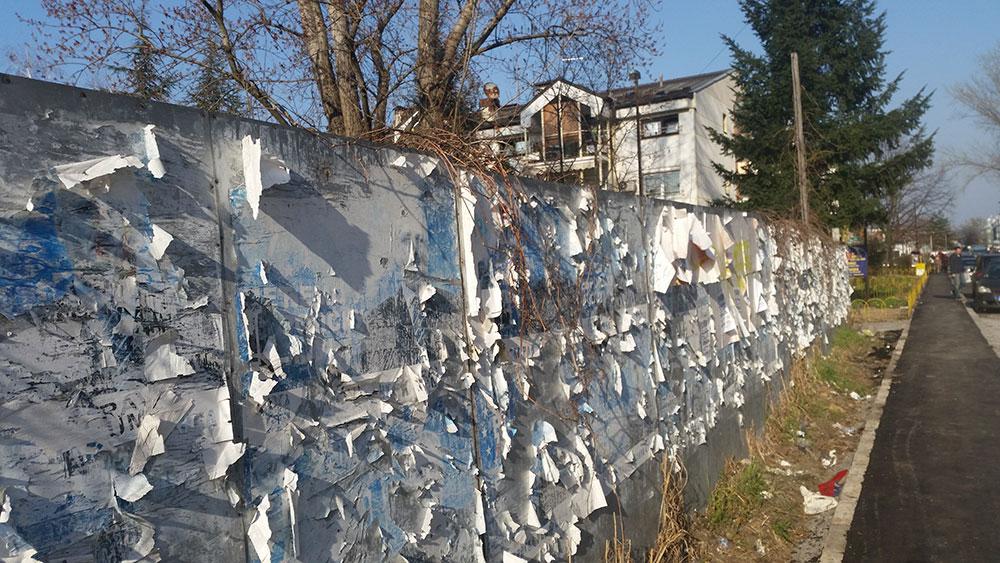 zid sa koga su iscepani izborni plakati