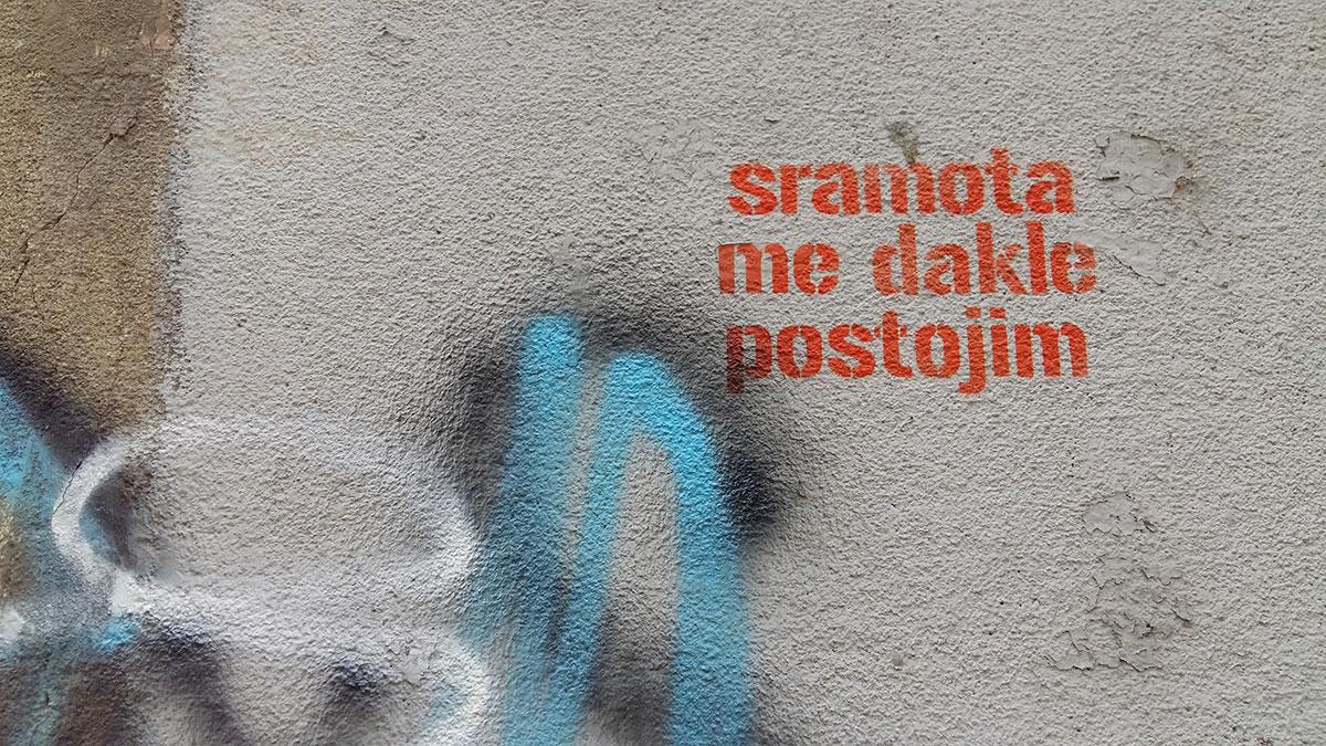 Sramota me dakle postojim, grafit u Krunskoj ulici u Beogradu