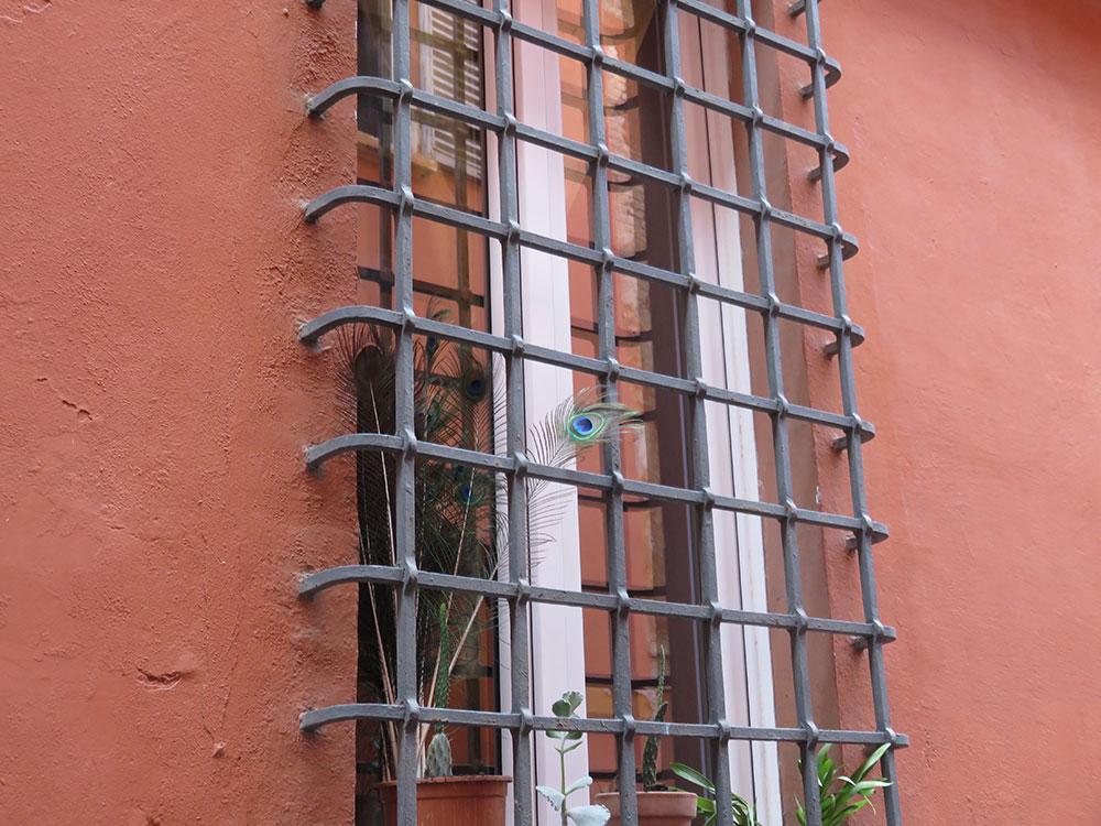 metalne rešetke na prozoru u Bolonji